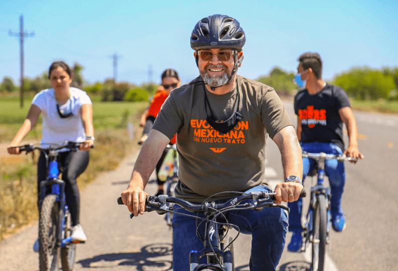 Ricardo Bours en bicicleta en Etchojoa