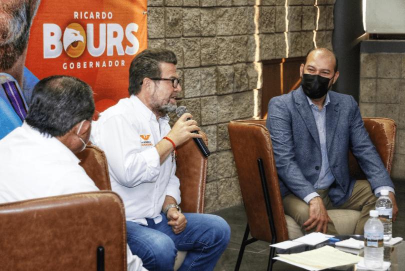 Ricardo Bours charlando con miembros de la Canaco.