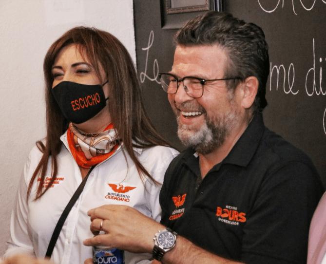 Ricardo Bours sonriendo con medios de comunicación de Magdalena de Kino