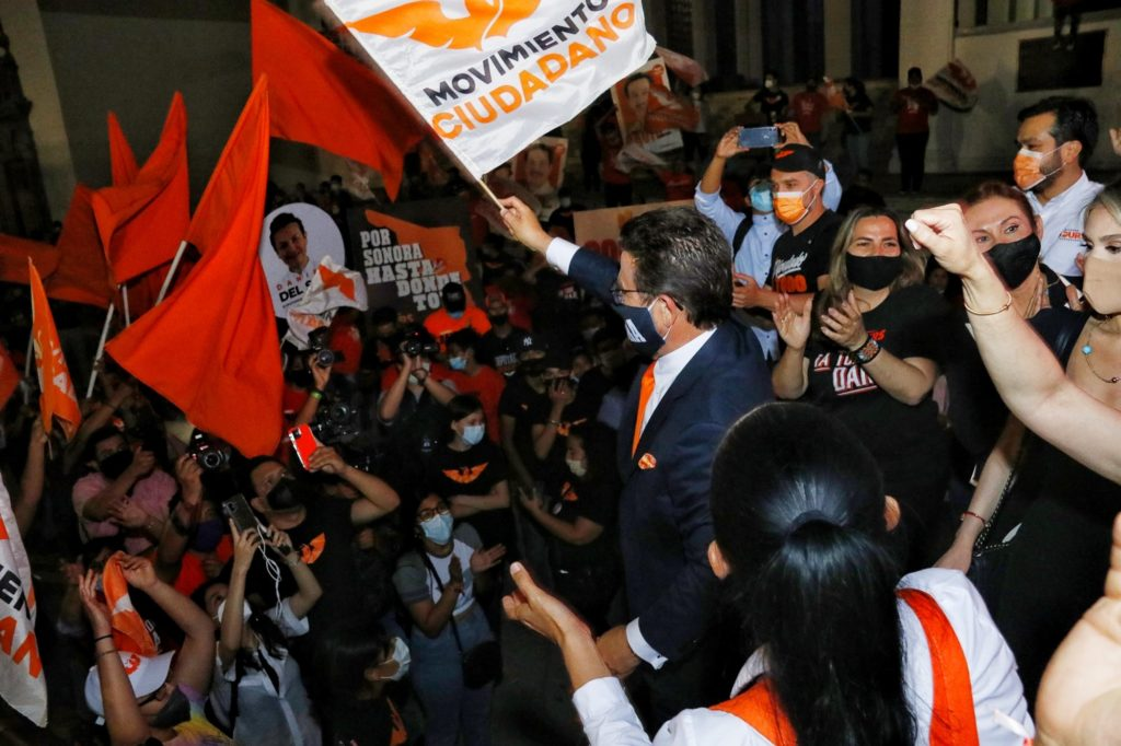Ricardo Bours con ciudadanos después de debate de candidatos